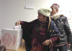 कोलम्बसस्थित एउटा सामाजिक संस्थाको निर्वाशनमा भोट खसाल्दै एक भूटानी महिला (फायल तश्विर : रोसन संकर)